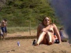Nackte Frauen am Strand gefilmt