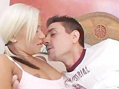 Zarter und leidenschaftlicher Sex mit der blonden Göre
