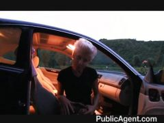 Blonde Lesbe bumst im Auto