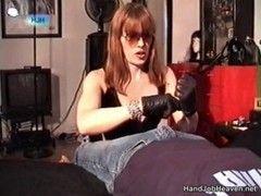 Scharfe Lady beim Handjob
